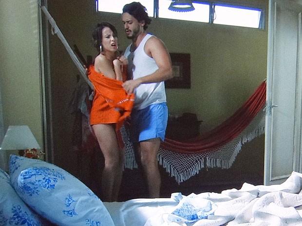 Josué resiste e manda Valéria se cobrir com a toalha (Foto: Amor Eterno Amor/TV Globo)