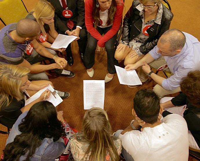 Candidatos fazem uma roda para se conhecerem melhor duranta a atividade (Foto: Gshow)