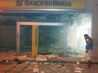 Grupo explode caixas eletrônicos e agência bancária fica destruída; fotos