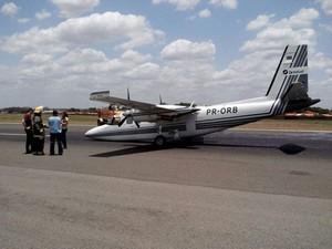 Avião de pequeno porte quebra e pista do aeroporto de Teresina fica interditada (Foto: David Vale)