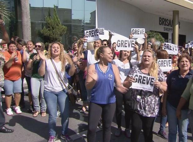 Servidores fizeram manifestação em frente à sede da prefeitura (Foto: Reprodução/TV Tribuna)