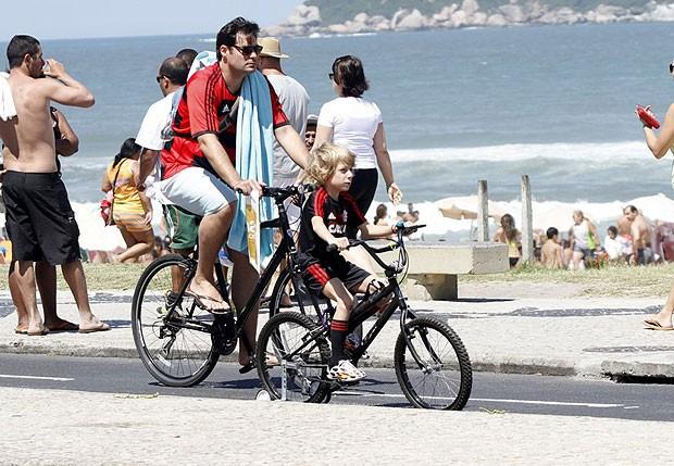 Thiago Lacerda pedala pela orla da Barra (Foto: Marcos Ferreira / photo rio news)