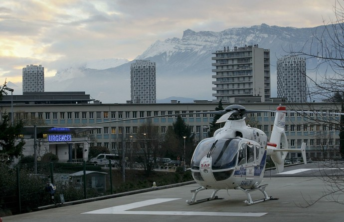 Helicóptero de resgate como o que resgatou Michael Schumahcer, no Hospital de Grenoble (Foto: Reuters)