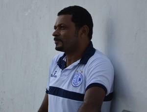 Nadélio Rocha observa os jogadores no aquecimento (Foto: João Áquila, GLOBOESPORTE.COM)