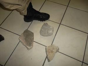Pedras atiradas têm o tamanho de um sapato número 42. (Foto: PRF/Divulgação)