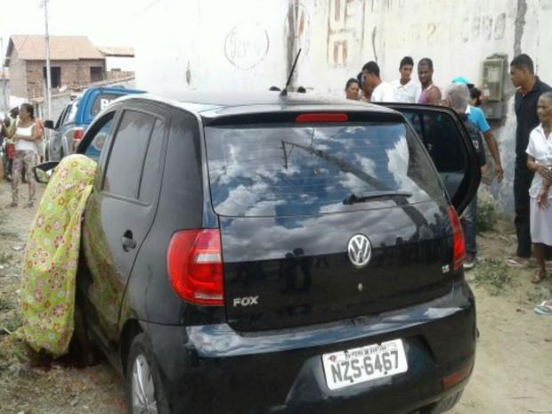 Vítimas foram mortas dentro de carro, na quinta-feira (16), em Feira de Santana (Foto: Aldo Matos/ Acorda Cidade)