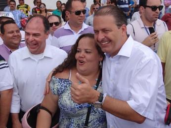 Campos e Bezerra pararam para tirar fotos e cumprimentar população. (Foto: Katherine Coutinho/G1)
