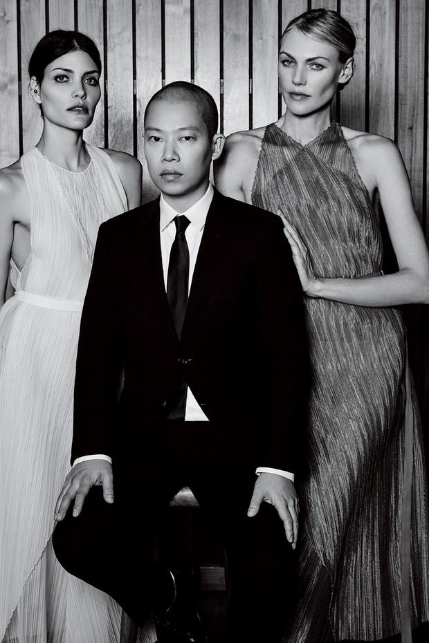 O estilista posa ao lado de Luciana e Shirley, que vestem mídis acinturados feitos de organza plissada (Foto: Nyra Lang)