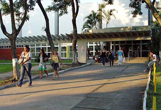 Estudantes em frente à Faculdade de Letras da UFRJ (Foto: Divulgação)