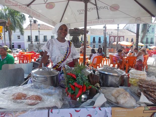 Pina Santos trabalha desde cedo ao lado da mãe, também baiana de acarajé. (Foto: Denise Paixão/G1)