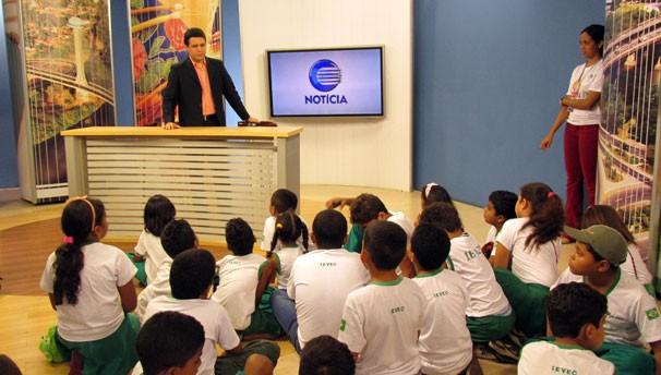 Marcelo Magno recepciona crianças e explica sobre a transmissão do telejornal (Foto: Katylenin França/TV Clube)