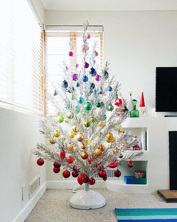 Décor do dia: árvore de natal metalizada com enfeites coloridos (Foto: reprodução)