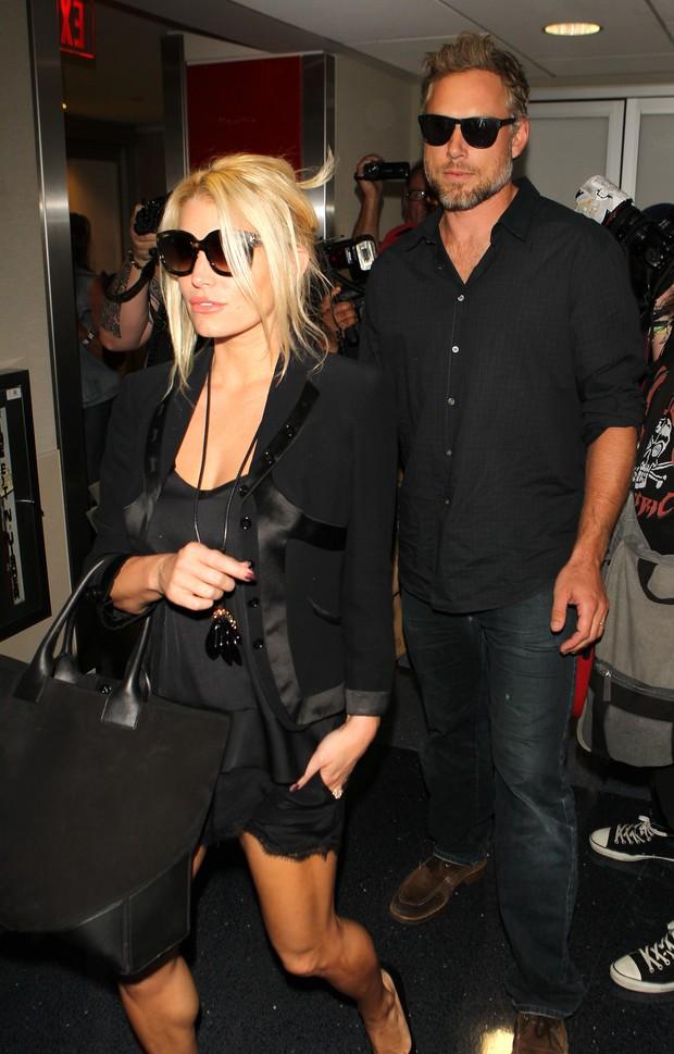 X17 - Jessica Simpson com o marido, Eric Johnson, em aeroporto em Los Angeles, nos Estados Unidos (Foto: X17online/ Agência)