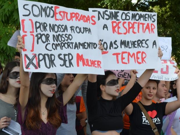 'Marcha das Vadias' reuniu homens e mulheres em defesa a mulher.  (Foto: Fernanda Vilela/G1 )