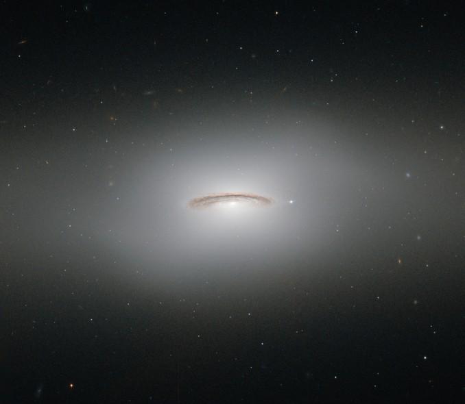 25 anos do Telescópio Espacial Hubble: A Galáxia Lenticular NGC 4529, localizada na Constelação de Virgem.
