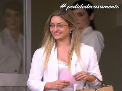 Suzana é surpreendida por pedido de casamento especial (Foto: TV Globo)
