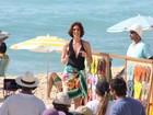 Maria Clara Gueiros grava comercial de marca de chinelos em praia do Rio