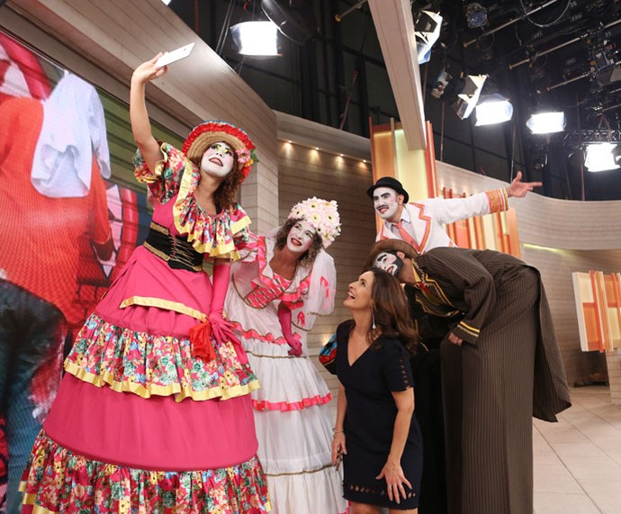 Olha a selfie nos bastidores! (Foto: Fabiano Battaglin/Gshow)