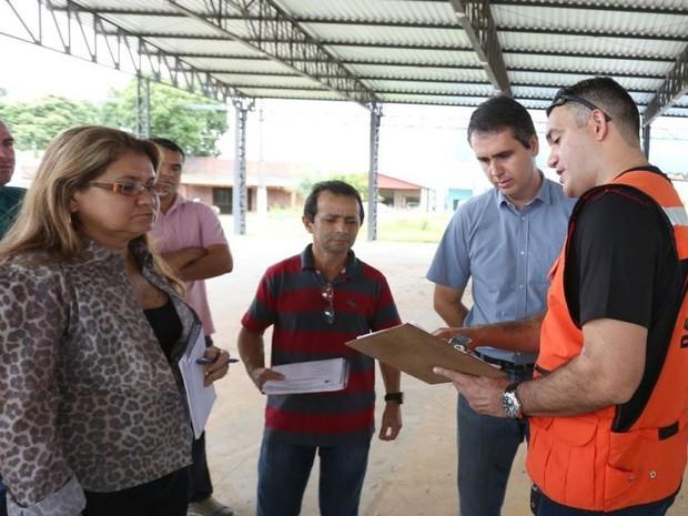 Prefeitura de Rio Branco começou  a construir abrigos nesta segunda-feira (20) (Foto: Marcos Vicentti/Asscom Prefeitura de Rio Branco)