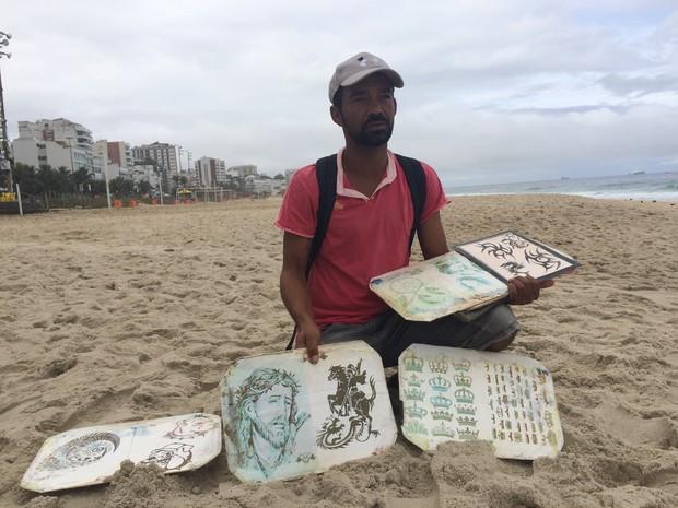 o movimento caiu cerca de 90%, afirma Edvan da Costa, de 39 anos, que faz tatuagem de henna no Posto 9 da Praia de Ipanema (Foto: Cristiane Caoli / G1)