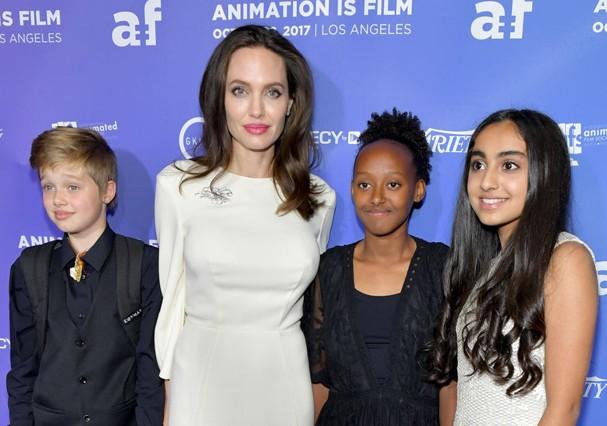 Angelia Jolie com as filhas e a atriz Saara Chaudry  (Foto: Getty Images)