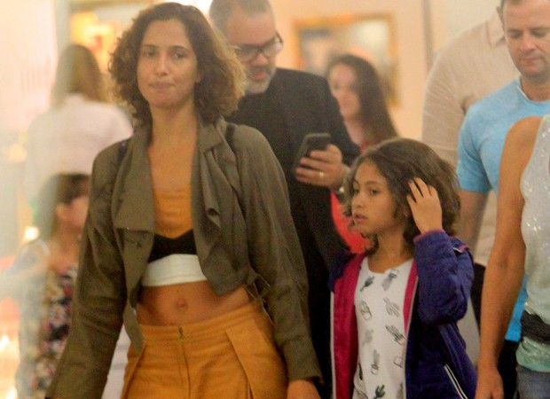 Camila Pitanga e a filha, Antônia (Foto: Thiago Martins/AgNews)