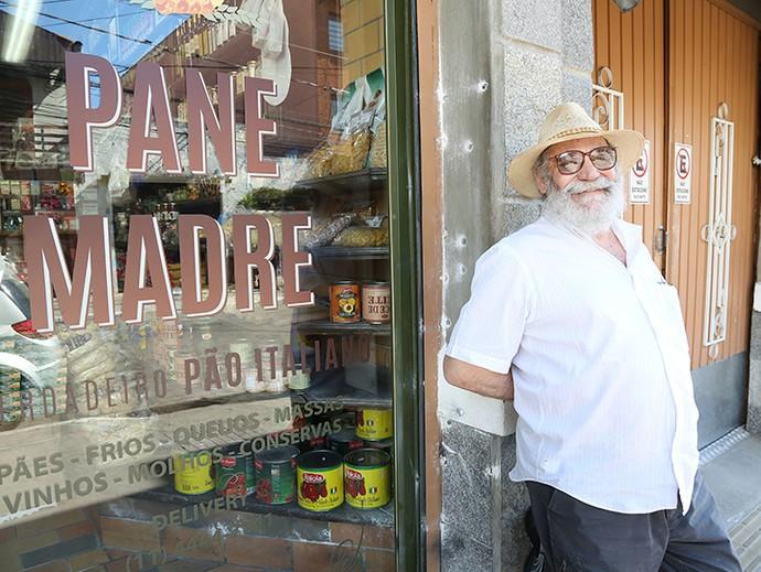 Walther Negrão posa na frente da padaria da família De Angeli, nos bastidores da gravação de 'Sol Nascente' em São Paulo (Foto: Gshow / Carol Caminha)
