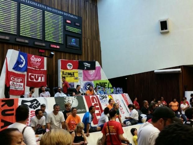 Servidores protestam contra um pacote de medidas do governo estadual  (Foto: Fernanda Fraga/RPC)