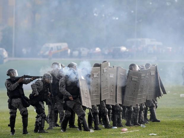 Policiais atiram bombas de gás em estudantes durante protesto contra a PEC 55, que limita os gastos públicos para os próximos 20 anos, na Esplanada dos Ministérios, em Brasília (Foto: Andressa Anholete/AFP)