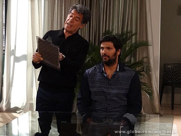 Caetano faz perguntas inusitadas à Hernandez durante a entrevista (Foto: Malhação / TV Globo)
