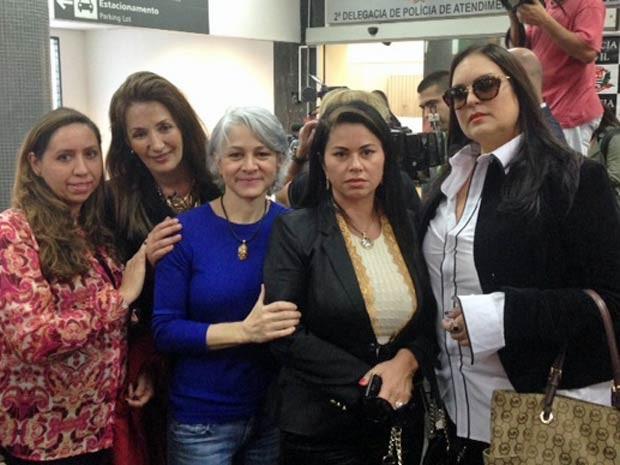 Vítimas do ex-médico foram ao aeroporto recepcionar Abdelmassih (Foto: Lívia Machado/G1)