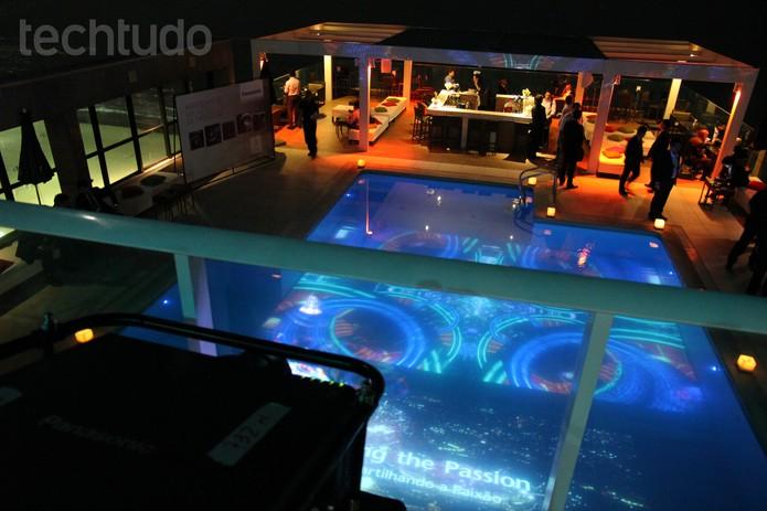 Modelo PR-DZ21K reproduzindo imagem psicodélica na piscina (Foto: Larissa Ferrari/TechTudo)