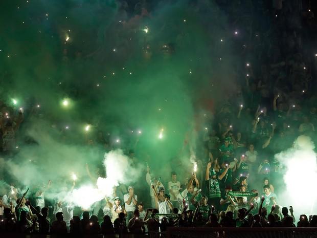 Torcedores da Chapecoense lotam a Arena Condá, em Chapecó (SC), em homenagem às vítimas da queda do avião que levava os jogadores do time para disputar a final da Copa sul-americana na Colômbia (Foto: André Penner/AP)
