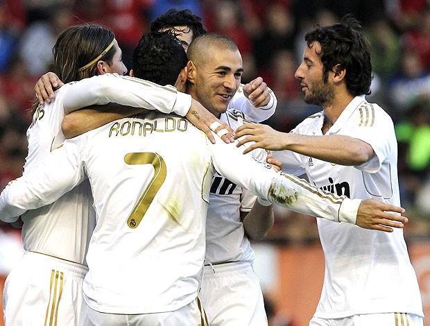 Benzema comemora gol do Real Madrid contra o Osasuna (Foto: EFE)