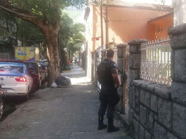 Polícia na casa onde menina de 5 anos foi encontrada morta (Foto: Elisa Souza / G1)
