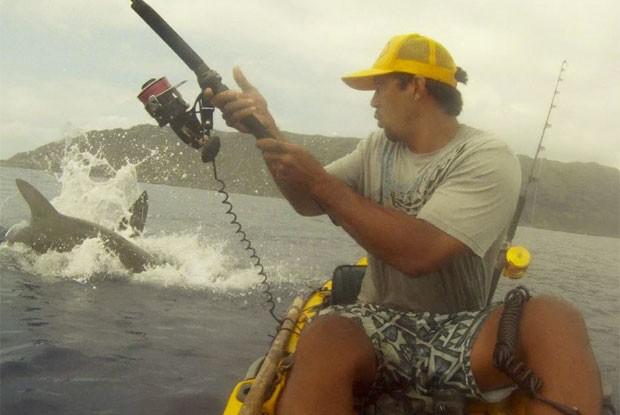 Tubarão surgiu e roubo atum que Isaac Brumaghim havia pescado (Foto: Reprodução/Globo News)