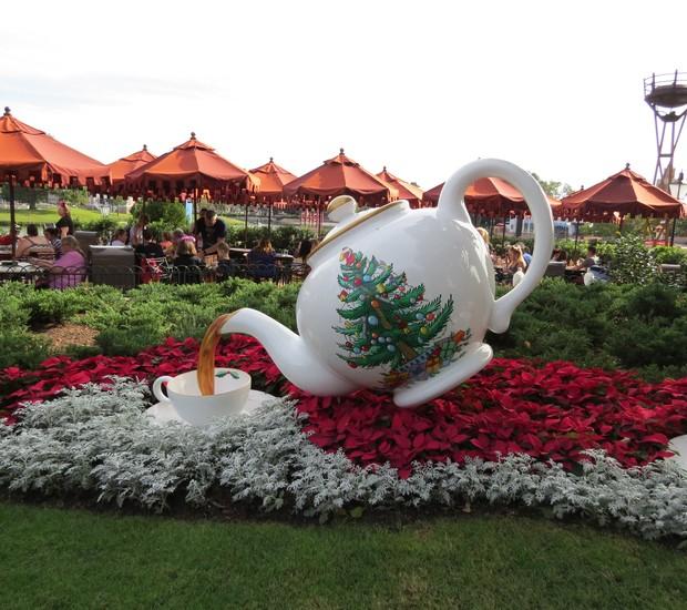 O chá, uma tradição dos ingleses, ganha destaque no jardim próximo ao pavilhão da Inglaterra, no Epcot (Foto: Stéphanie Durante)