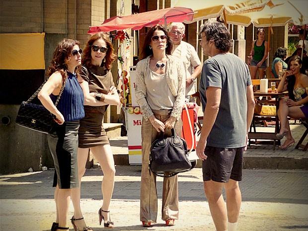 Diante do escândalo, mulherengo chama as três para conversar (Foto: Avenida Brasil / TV Globo)