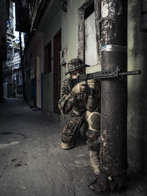 Policial do Bope com um modelo de farda camuflada (Foto: Stefano Martini/ÉPOCA)