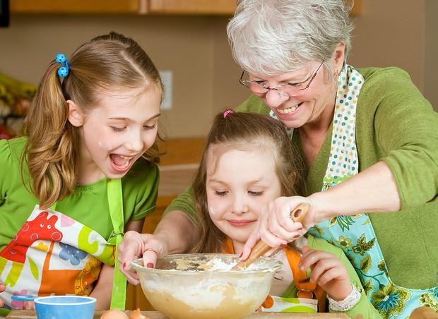 Avó cozinhando para os netos (Foto: Shutterstock)