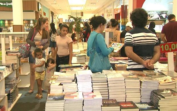 Terceira edição da feira do livro oferece obras completas por preços que variam entre R$ 5 e R$ 50 (Foto: Acre TV)
