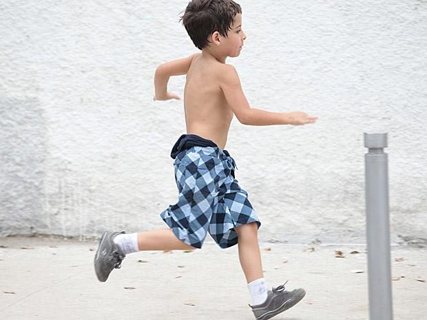 O menino aproveita uma brecha e sai correndo (Foto: Salve Jorge/TV Globo)