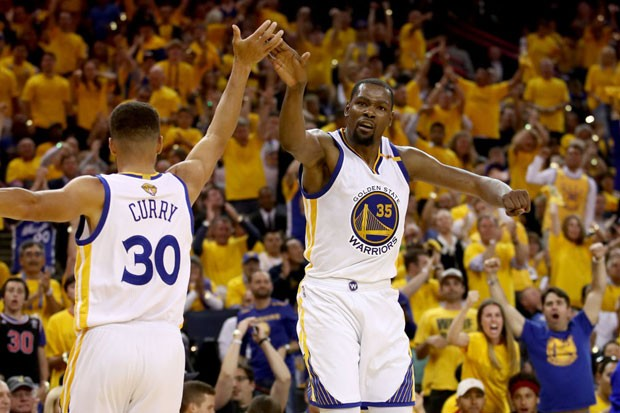 Stephen Curry e Kevin Durant durante jogo 2 da final da NBA (Foto: Ezra Shaw/Getty Images)