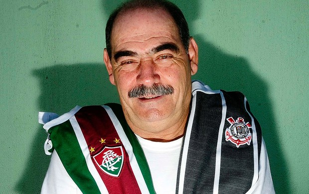 Rivelino com as camisas do Corinthians e Fluminense (Foto: Marcos Ribolli / GLOBOESPORTE.COM)