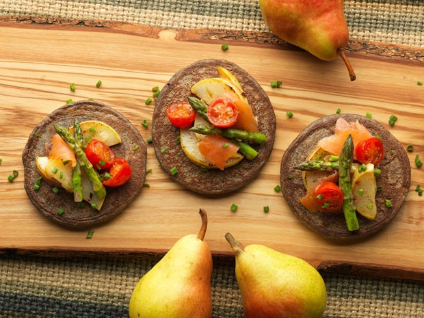 Blini: mini panquecas russas levam peras, aspargos e salmão (Foto: Divulgação)