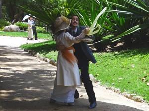 Empolgado com o gesto da moça, Jonas dança com transeunte (Foto: Lado a Lado/TV Globo)