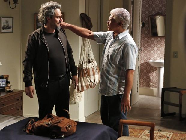 Zé fala para Manoel que vai viajar e que mandará Cristina para Suíça (Foto: Felipe Monteiro/ Gshow)