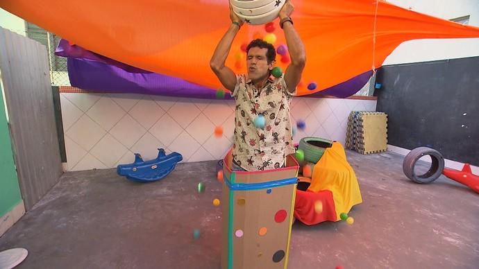 Apresentador Jackson Costa se diverte durante gravação em casa de brincadeiras (Foto: TV Bahia)