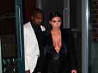 Kim Kardashian usa look decotado para ir a festa com Kanye West