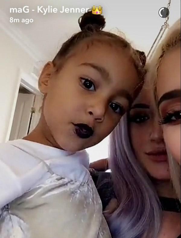 North West na companhia de sua tia, Kylie Jenner (Foto: Snapchat)